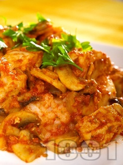 Задушени пилешки хапки от гърди с гъби, домати и бяло вино на тиган - снимка на рецептата